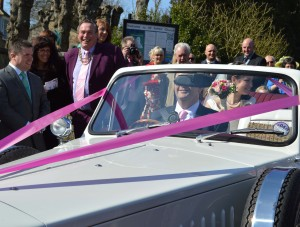 wedding car farindon with darts legend Bobby George looking on